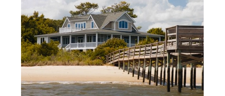 Photo of a Hamptons style home