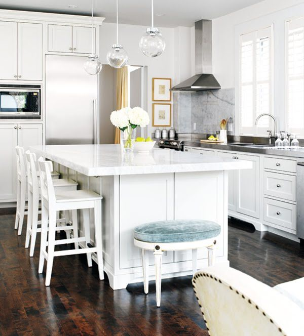 Modern White Kitchen With Island And Pendant Lights: Classy Coastal Look With Hampton Style